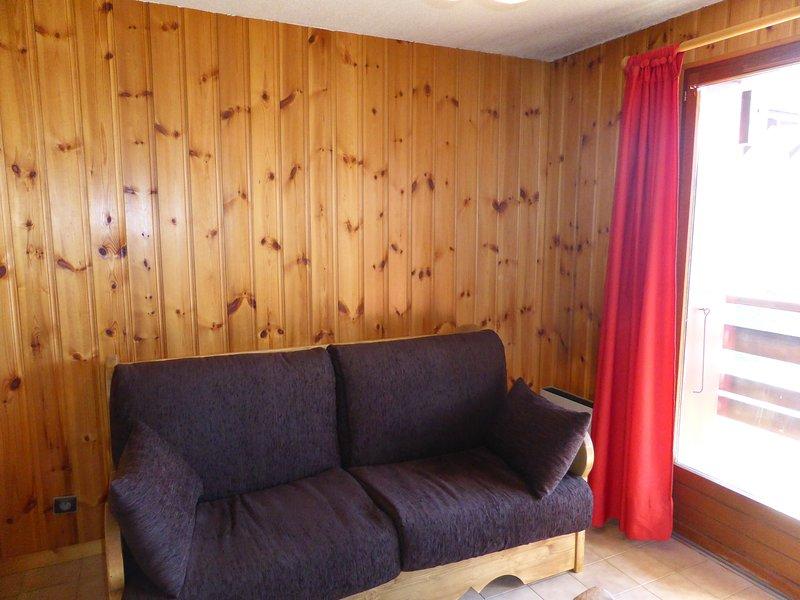 Descanse en el acogedor sofá de nuestra sala de estar después de un día explorando el área.