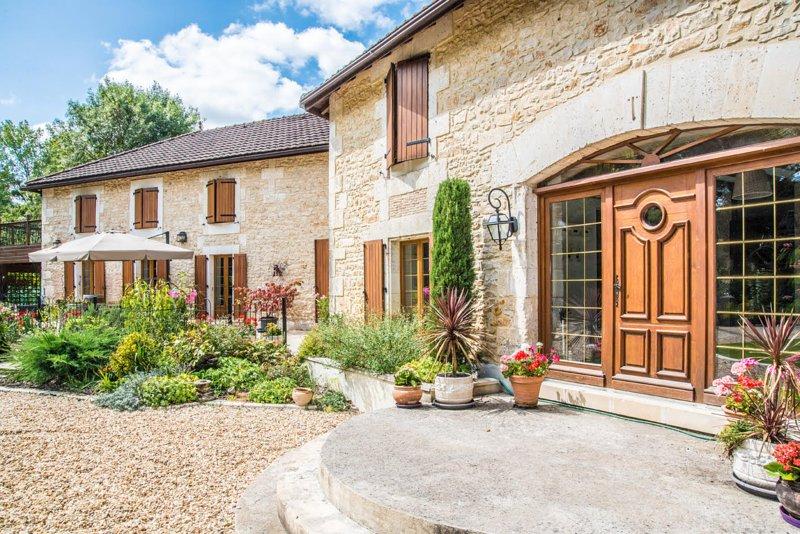 Riverside Apartment at Moulin du Fontcourt, holiday rental in Jauldes