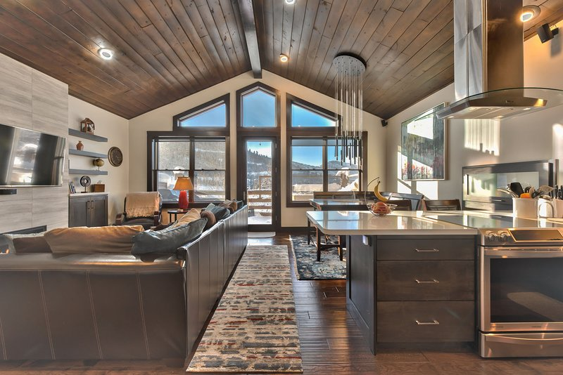 Great Room with Hardwood Floors and Great Views!