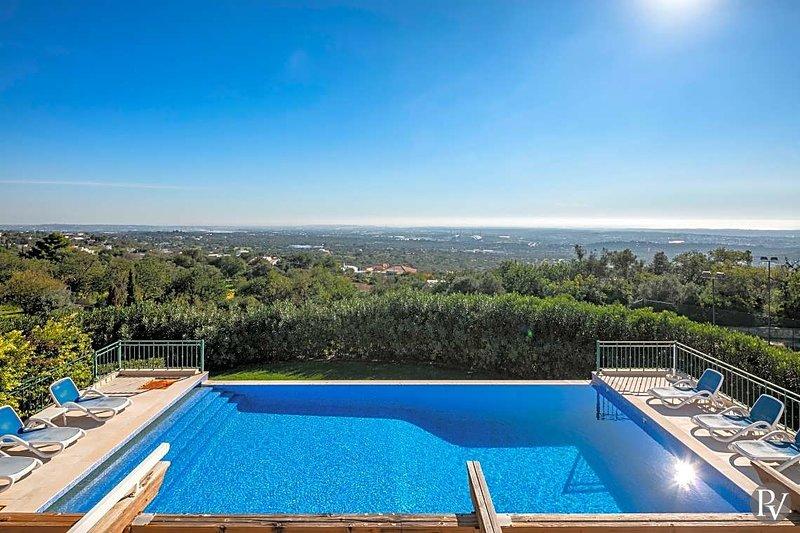 Santa Barbara de Nexe Villa Sleeps 10 with Pool Air Con and WiFi - 5433040, casa vacanza a Santa Barbara de Nexe