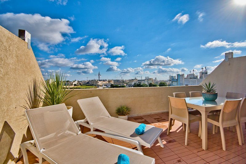 Magnificent 2-bedroom Penthouse with Views, vacation rental in Mosta