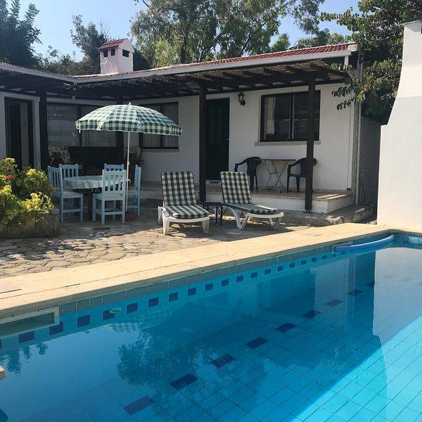 Hidden Cottage Villa with Private Pool, location de vacances à Bellapais