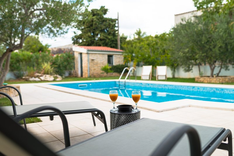Villa Croatica Ivory Studio with Swimming Pool and Sea View, holiday rental in Zaboric