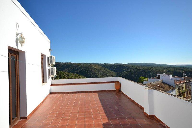 Spacious house with mountain view, casa vacanza a Rivero de Posadas