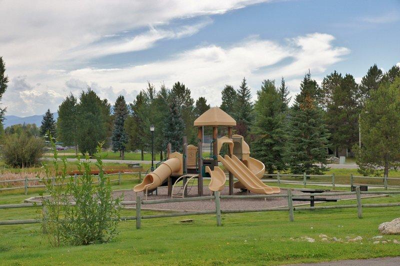 Patio de juegos justo al lado del desarrollo, parque justo al final de la calle