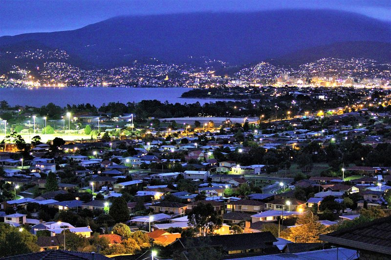 Charbella's on Norma - Stylish Apartment with Panoramic Hobart Views,8 mins CBD, casa vacanza a Greater Hobart
