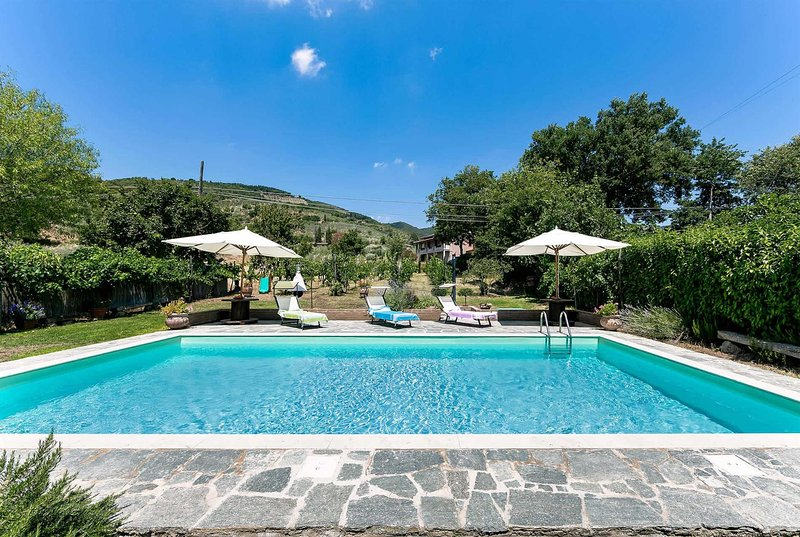 4 bedroom villa with pool, pool towels & WIFI, vacation rental in Pieve di Chio