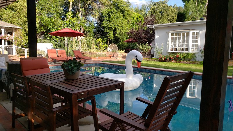 2 BD/1 BA  PRIVATE POOLHOUSE OASIS on 1 ACRE ESTATE  • BBQ •HSR1900372 SPA 24/7, holiday rental in San Fernando