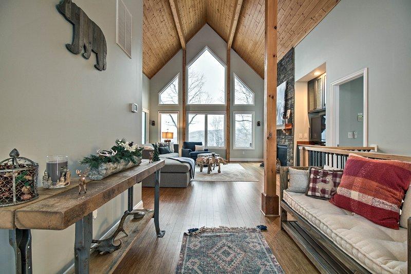Lavish Wintergreen Home w/Hot Tub by Skiing!, casa vacanza a Waynesboro