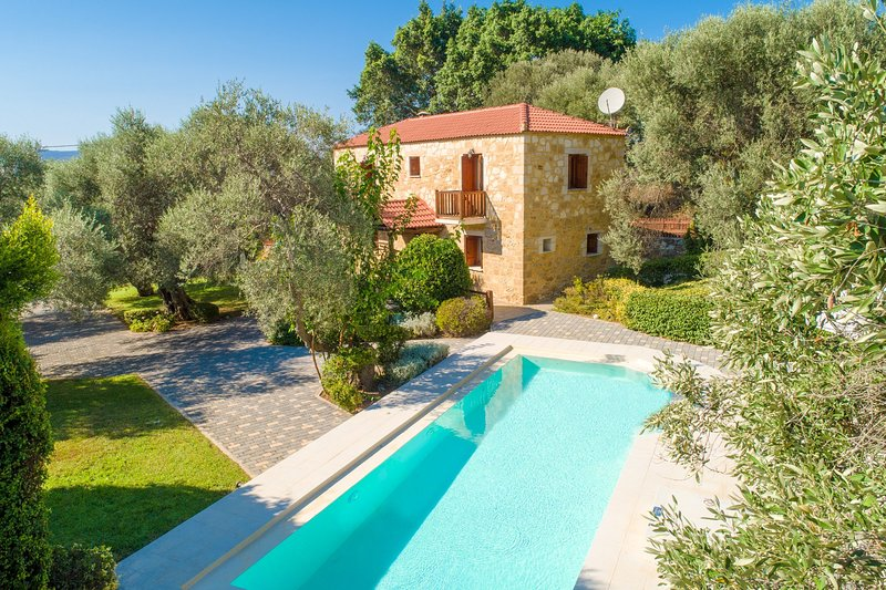 Villa Miguela: Large Private Pool, A/C, WiFi, Eco-Friendly, holiday rental in Vlacheronitissa