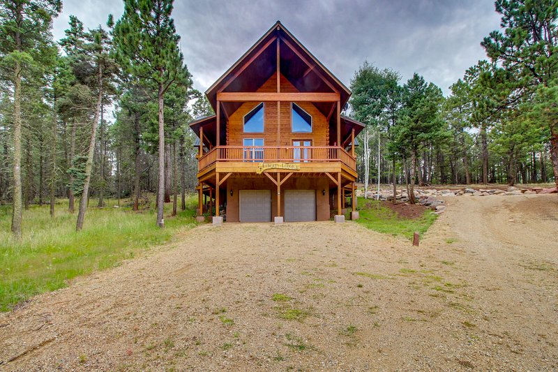Secluded log home w/ mountain & forest views deck- 1 mile to lifts!, holiday rental in Angel Fire