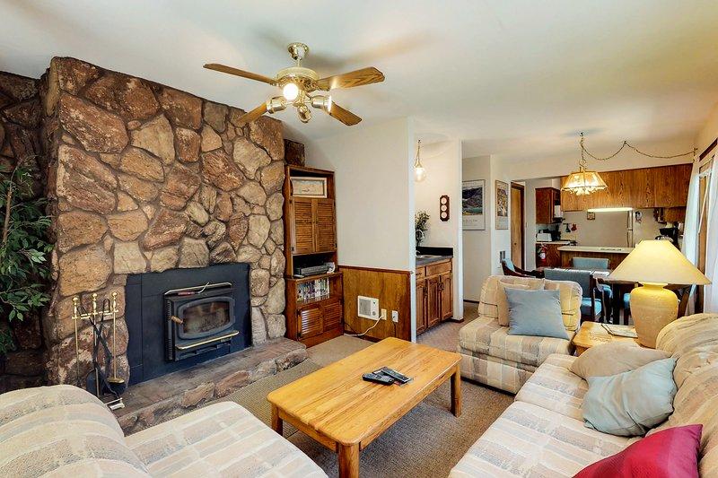 Dog-friendly condo w/ mountain views, patio, & easy ski access!, alquiler de vacaciones en Angel Fire