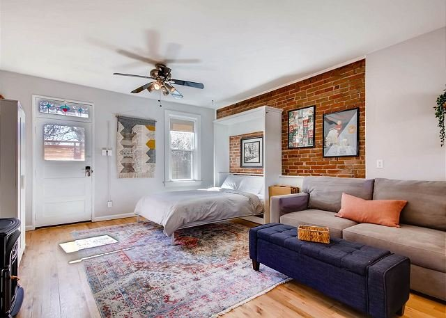 Remodeled Carriage House Studio- West Highlands - Walk to Restaurants/bars!, holiday rental in Edgewater