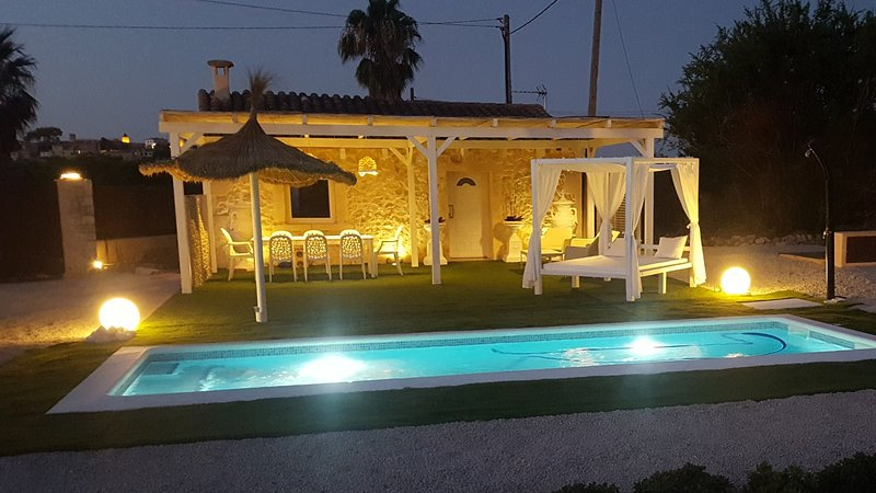 Beautiful chalet with swimming-pool, location de vacances à Randa