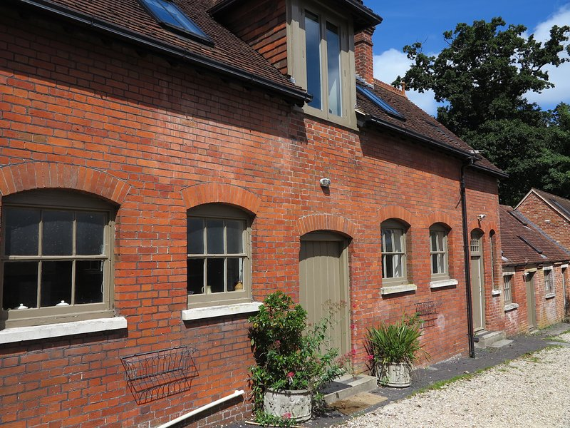 Beautiful large stable building, with 12 bedrooms., holiday rental in Wellow