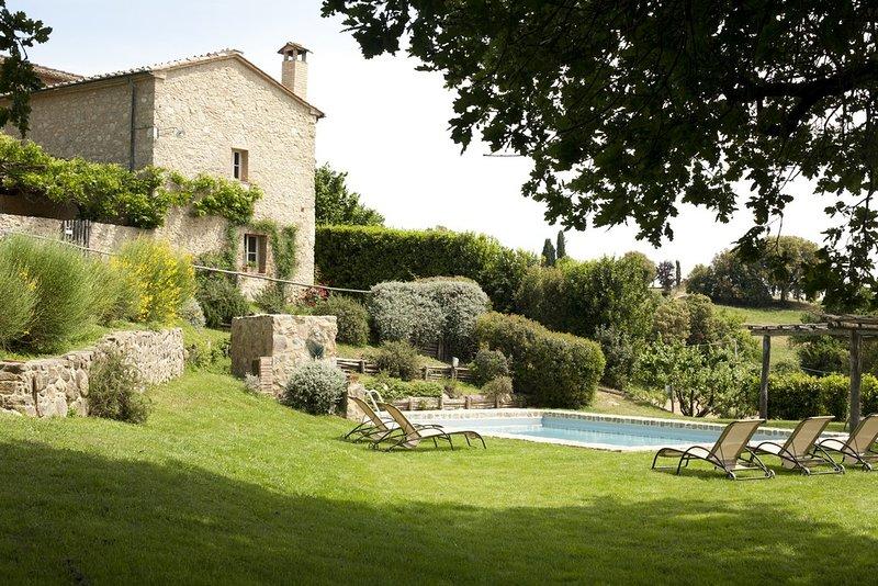 Holiday and wedding villa sleeping 18 near San Galgano Abbey, Siena, Tuscany., holiday rental in Monticiano
