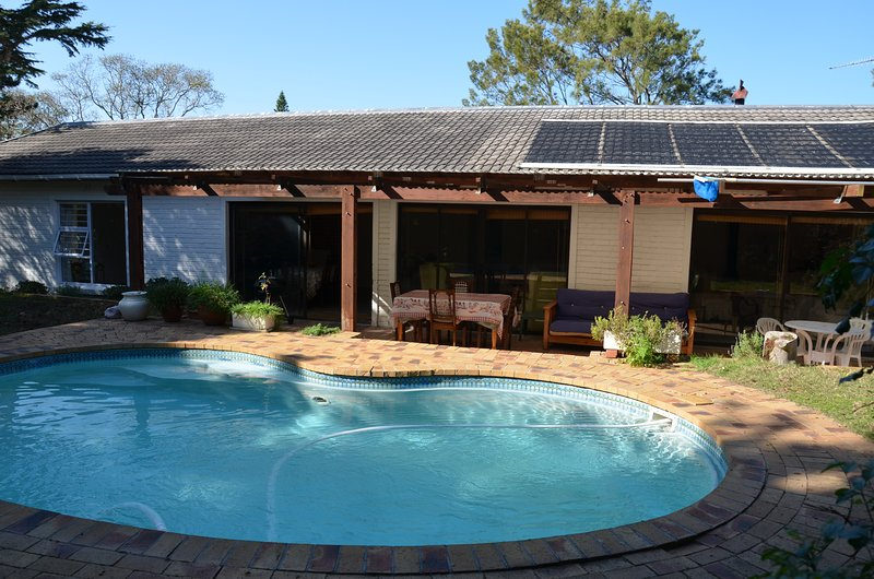 Cherry Lane S/C cottage in grounds of private home, 4 bedrooms, sleeps 1 - 7., holiday rental in Constantia