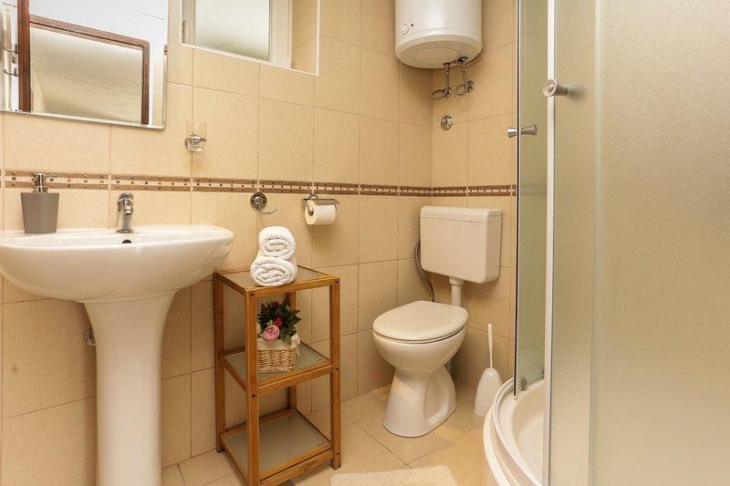 H (8 + 4): baño con inodoro.