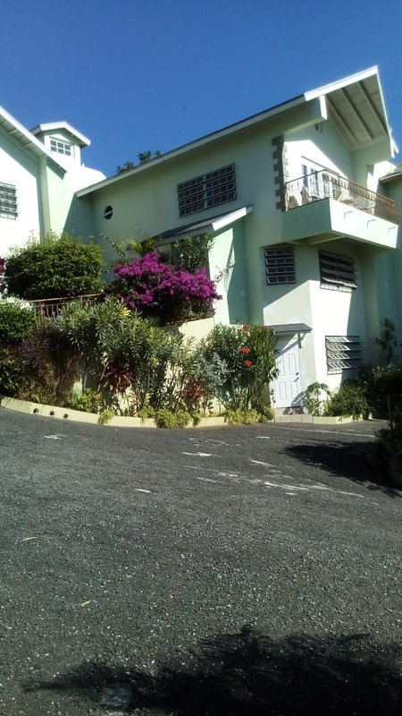Manor Park- Kingston mini self contained 2, alquiler vacacional en Stony Hill