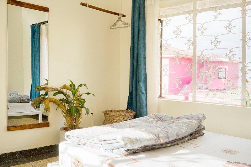 Sunny and fresh room by Acacia Mall, location de vacances à Kampala