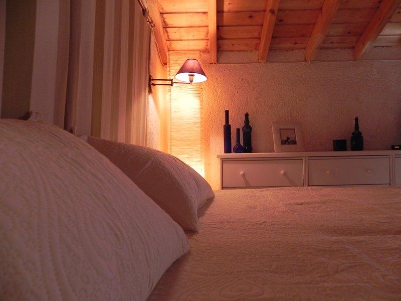 'Takis' am Traumstrand mit schöner Galerie, holiday rental in Piryoi Thermis