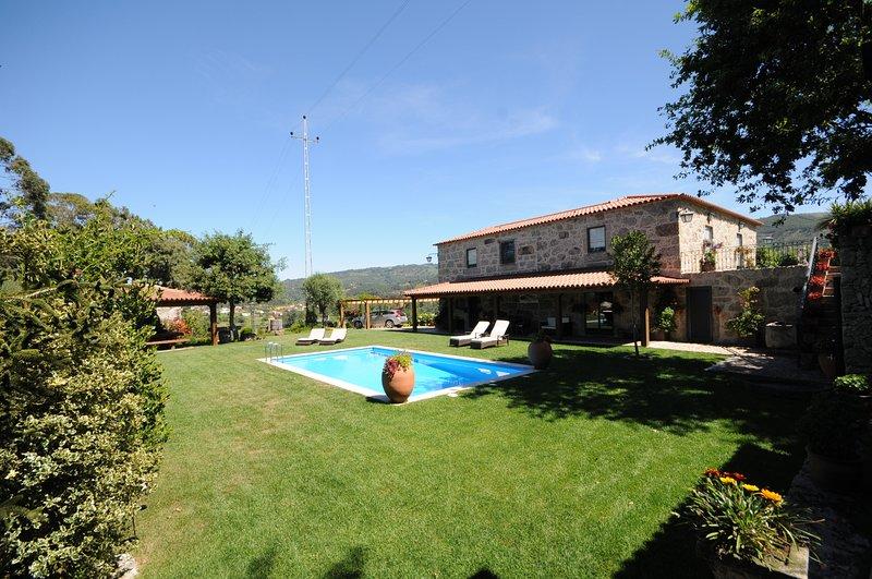 Gondufe Villa Sleeps 12 with Pool and WiFi - 5718916, alquiler vacacional en Calheiros
