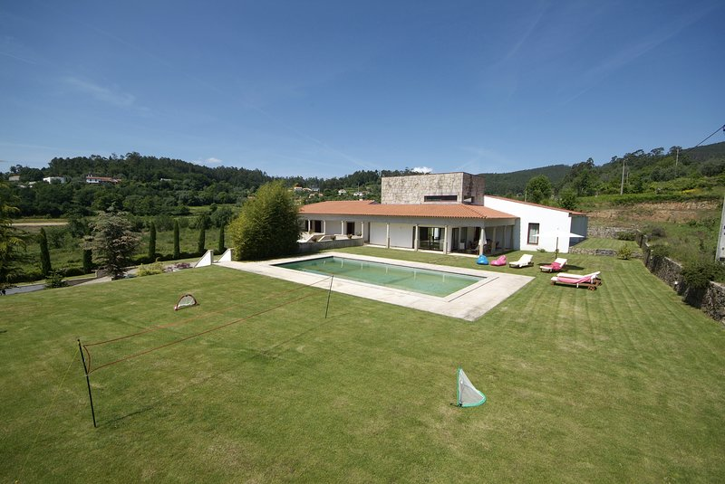 Ponte de Lima Villa Sleeps 12 with Pool and WiFi - 5718913, alquiler vacacional en Calheiros
