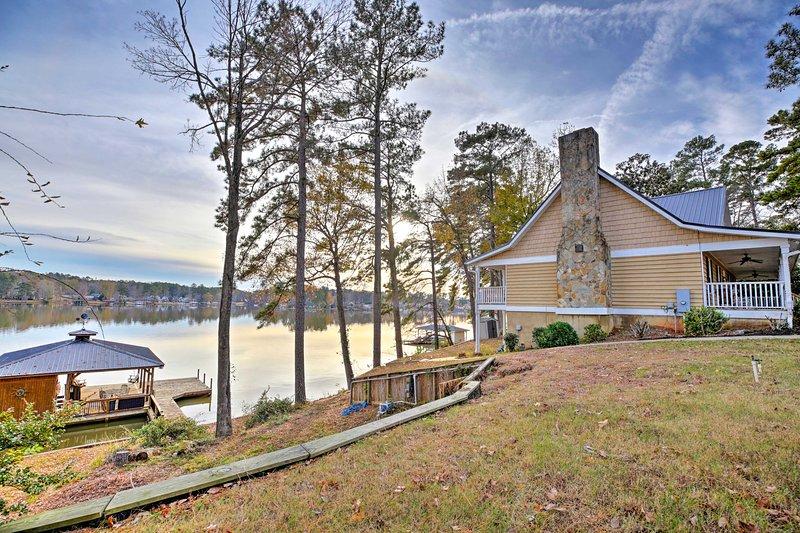 Raccogli tutta la famiglia per una vacanza al Lago Sinclair in questa casa vacanza!