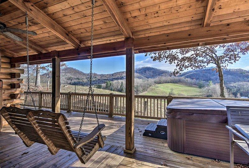 'Whit's End' Smoky Mtn Home w/Hot Tub & 300° Views, aluguéis de temporada em Lake Junaluska