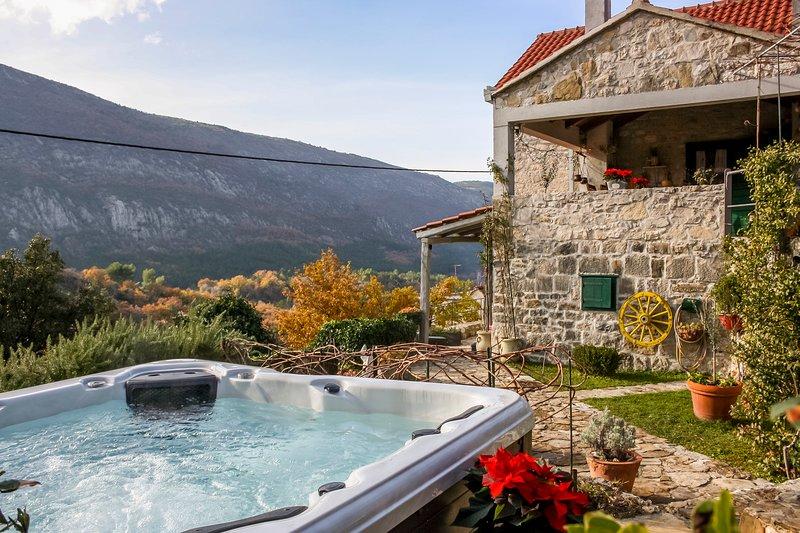 LUXURY VILLA LIPA WITH HOT TUB, vacation rental in Omis