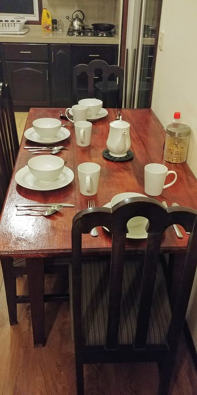 Una cucina completamente attrezzata con tutto il necessario per gli affittuari a lungo termine.