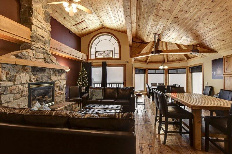 SLEEPS 22 - 3 Bedroom+Den+Loft+Sauna+Foosball  Table and Hot Tub, vacation rental in Big White