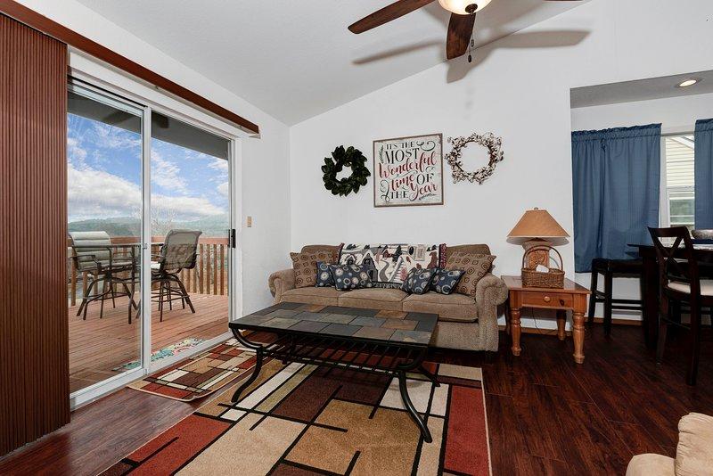 Inviting Top-Floor Condo w/ Indoor Pool, near SDC, holiday rental in Galena