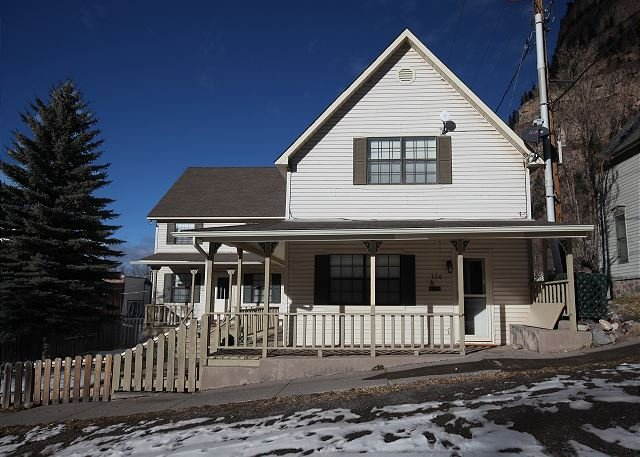 Historic Home - Located in Downtown Ouray - Pool Table - Pet Friendly, location de vacances à Ouray