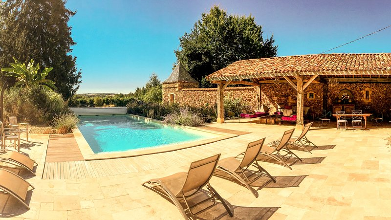 Dezie Manor and Gardens: Grange with 12x5 Heated pool near Sarlat la Caneda, location de vacances à Cendrieux
