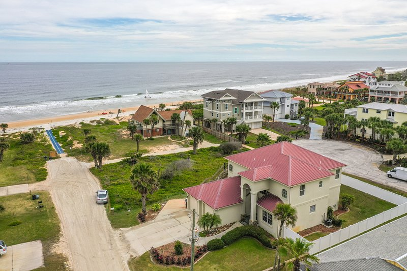 Beach Front Paradise 4/3/3 Hot Tub perfect for 12, holiday rental in Palm Coast