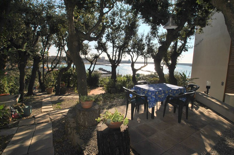 Direttamente sul mare con giardino - Villa Angolino p. 1°, vacation rental in Castiglioncello