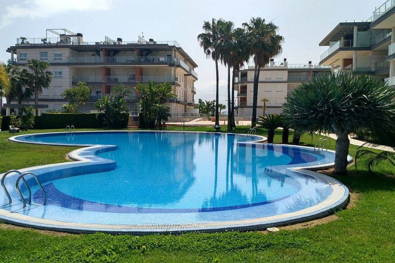 Apartmenin Oliva Nova with garden, peaceful, fully furnished and well kept, holiday rental in Oliva
