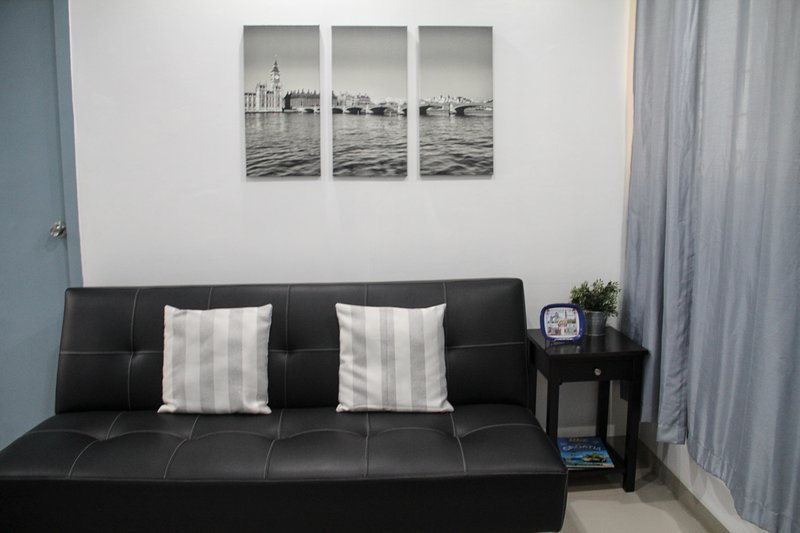 2 BRs, 11 minutes to Greenbelt, Makati, Metro Manila. Fits Up to 4 pax, holiday rental in Makati