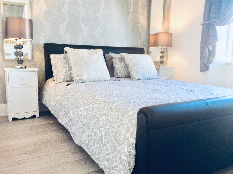 DUNOON - TOWN CENTRE HOLIDAY HOME APARTMENT, MODERN, FULLY EQUIPPED, FAST WIFI., vacation rental in Dunoon