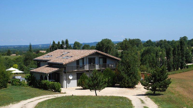 Villa du Fauquié - Chalet en bois avec clim. et piscine chauffée - 4 étoiles, holiday rental in Villereal