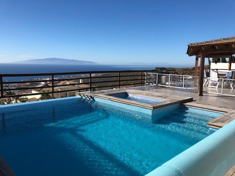 Belle vue sur la mer et une belle piscine chauffée et jacuzzi
