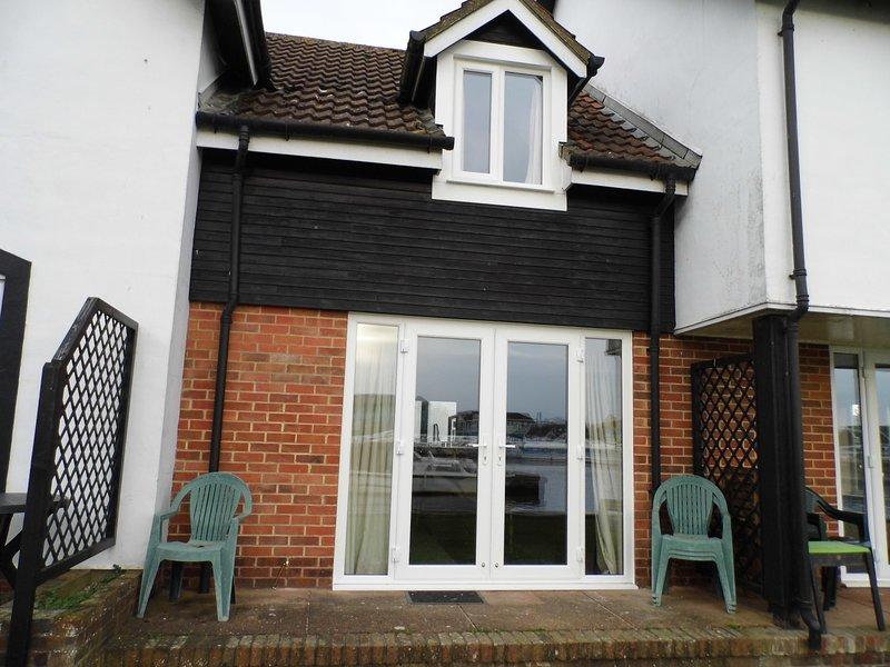 Albion Cottage, Wroxham, riverside cottage with own mooring on River Bure, location de vacances à Salhouse