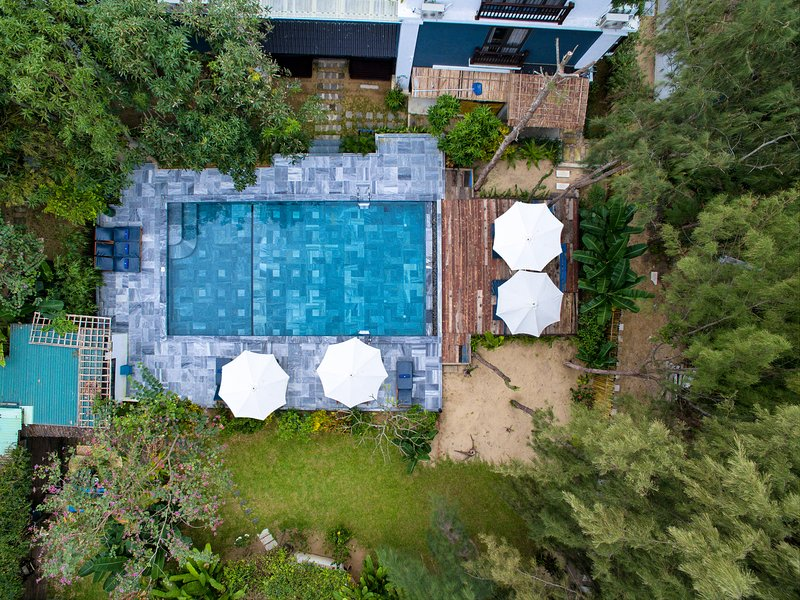 The villa has direct access to the spacious swimming pool located in its beautiful garden.