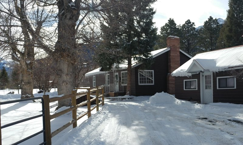 NEW! Brown Bear Cabins, wood burning fireplace, trailer parking, location de vacances à Ridgway
