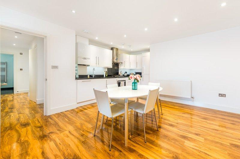 Stylish London Apartment with Terrace (FA7), alquiler de vacaciones en Londres