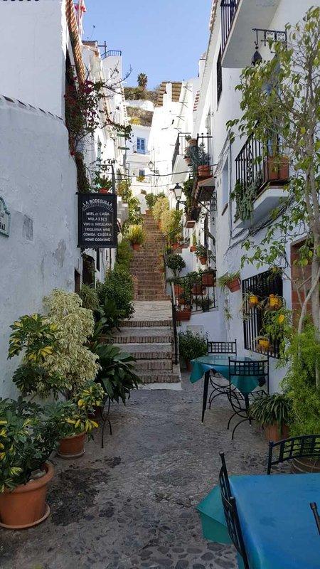 Uma das muitas ruas autênticas de Frigiliana com muitos restaurantes.