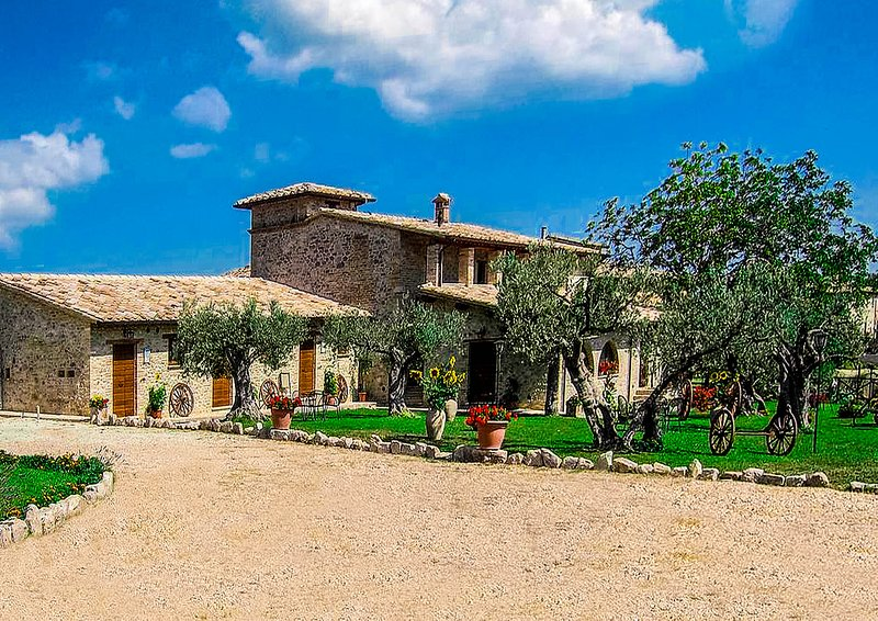 Historic 19th Century Chateau - Red Suite, holiday rental in Macciano