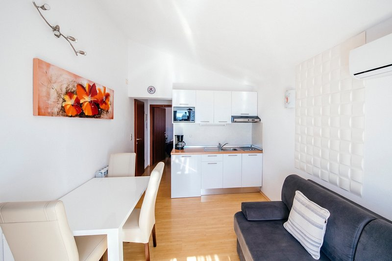 Apartment near beach, balcony seaview, holiday rental in Kukljic