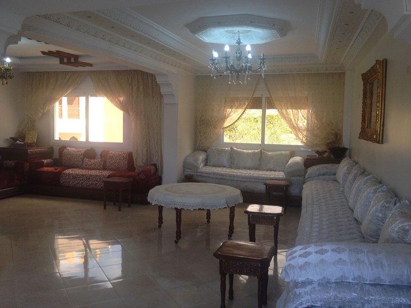 Charmant duplex de 4 chambre et 2 salle de bain et 2 grand salons, holiday rental in Tangier